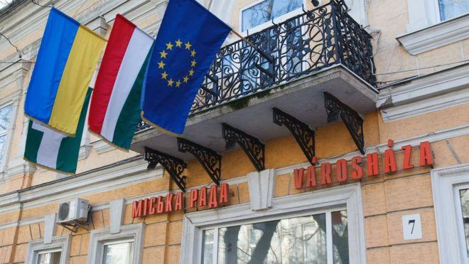 Diplomats thrown out in Ukraine-Hungary passport