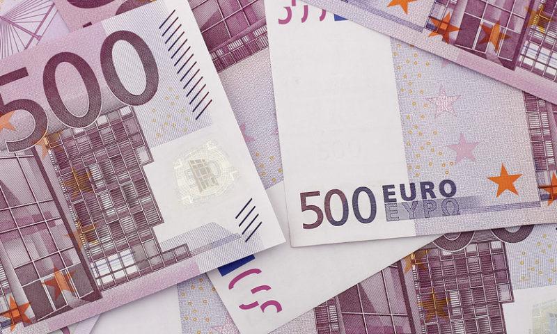 Euro slumps as Italian budget turmoil deepens