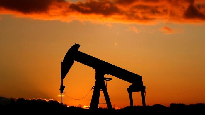 Resource sectors lead stocks lower as oil and metals fall
