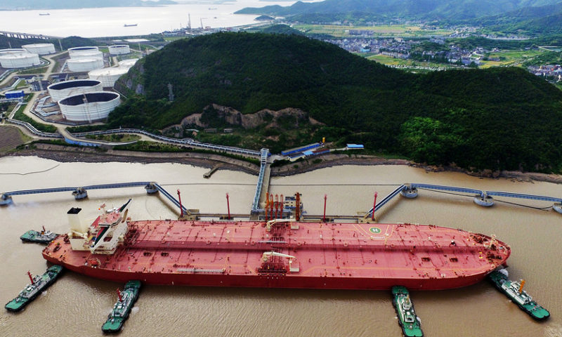U.S. oil climbs on tightening supplies; Brent oil edges lower