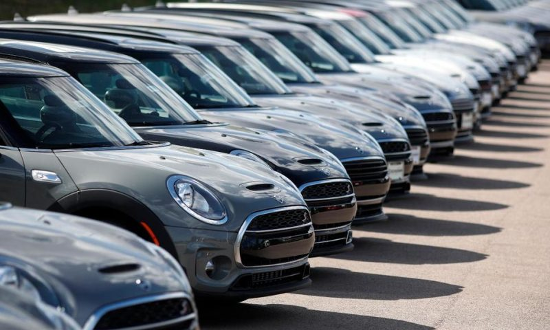 US Retail Sales Rise Moderately as Auto-Buying Jumps