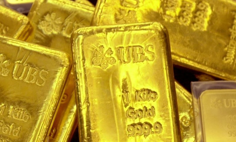 Gold ends at 1-month low as investors favor the U.S. dollar amid stock market losses