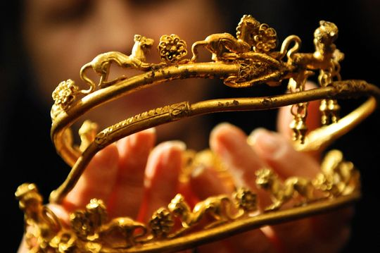 Gold holds below $1,800, suffers consecutive losses